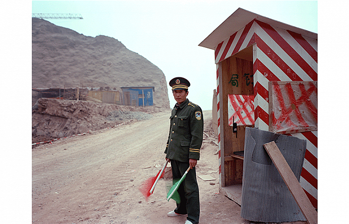 Guard, Xiaolangdi Site, March 1998 门卫, 小浪底现场, 1998 年 03 月, 85 x 106,5 cm
